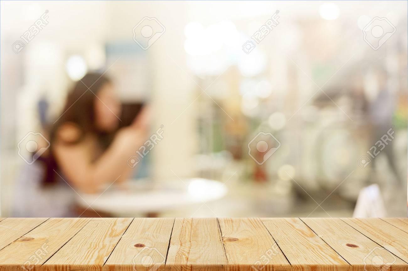 Table en bois haut avec le bureau floue en arrière plan peut
