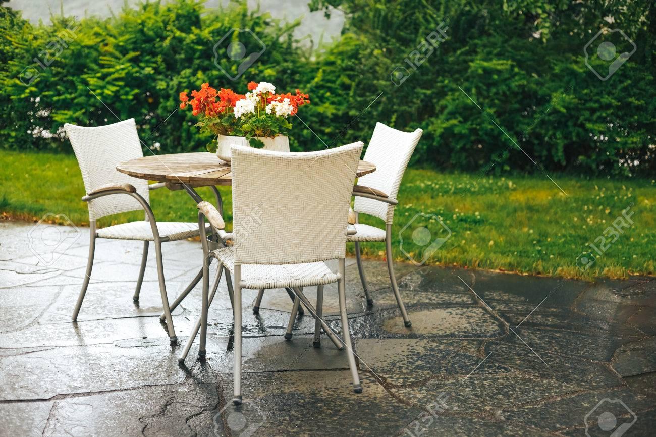 Schone Terrasse Oder Balkon Mit Kleinem Tisch Stuhlen Und Blumen