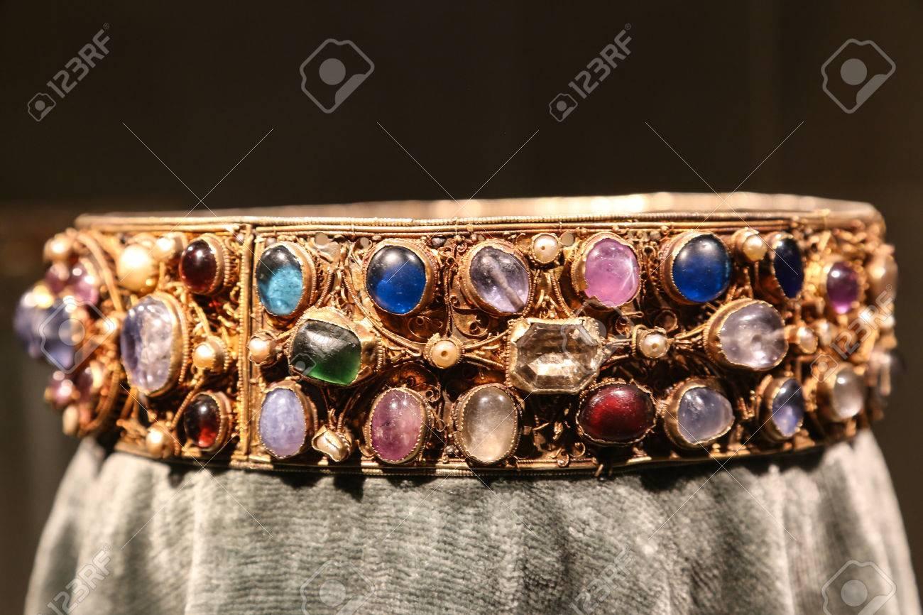 b5dcce8953ce Antigüedades corona de joyas de oro con piedras preciosas. Foto de archivo  - 50076745