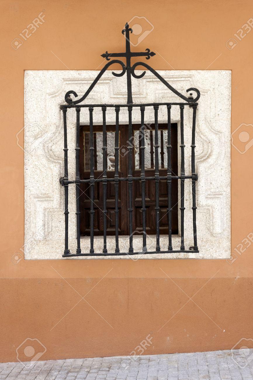 Fenêtre En Bois Antique Avec Grille En Fer Forgé Et Sculpté Cadre De