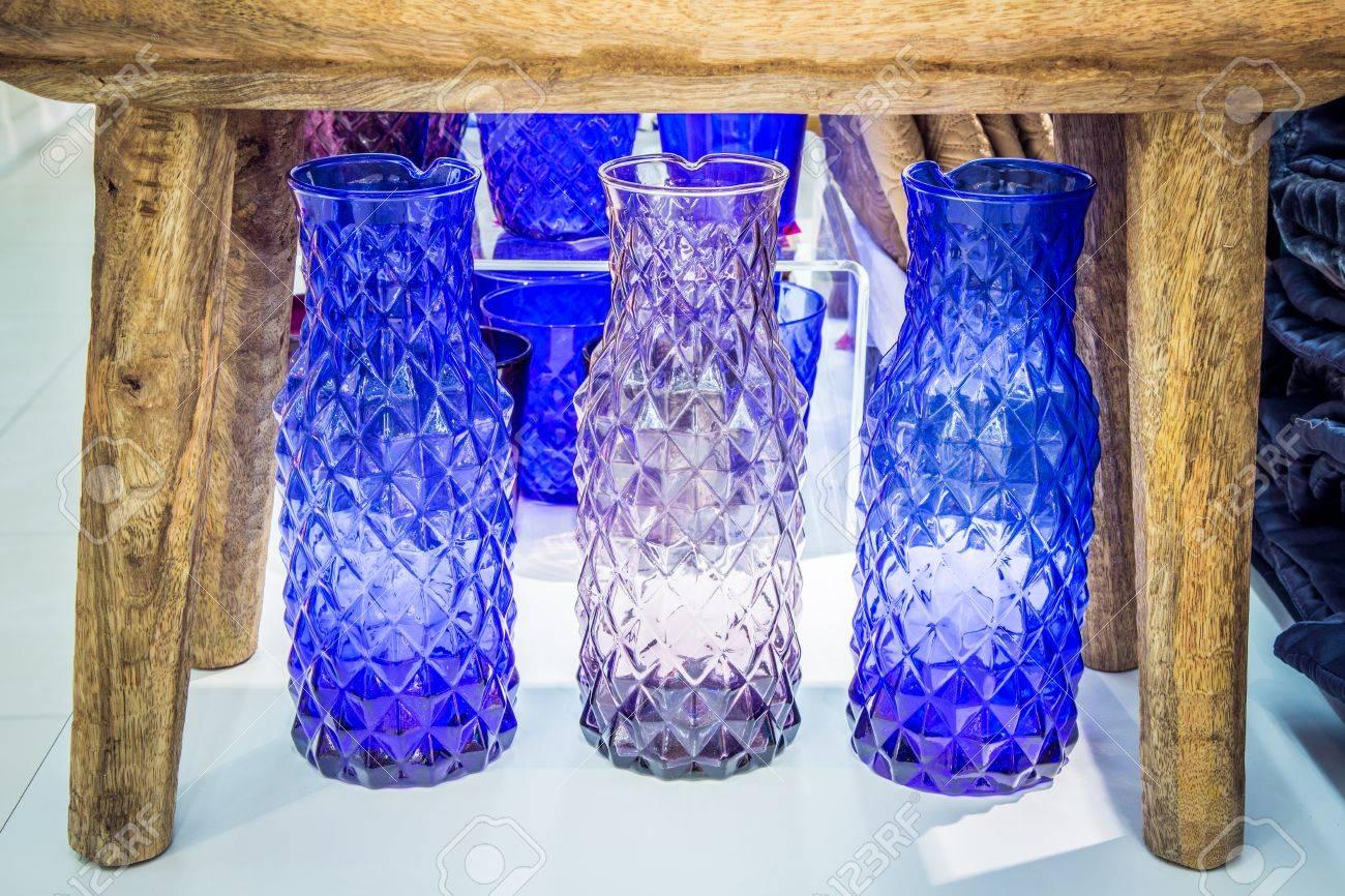 foto de archivo jarrones de cristal de colores en colores azules y violetas