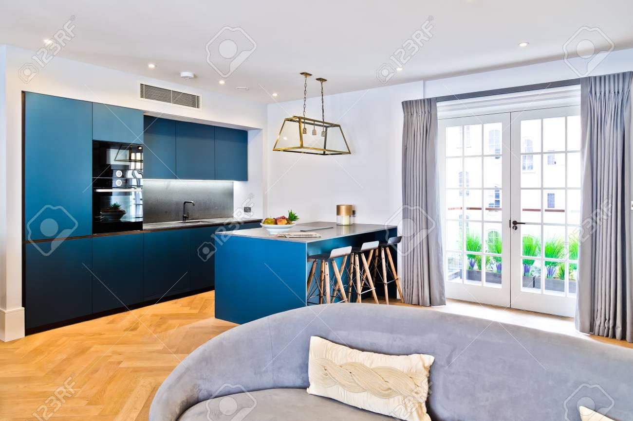 Schöne Moderne Küche Und Sofa Mit Fenster Und Garten Standard Bild    55554727