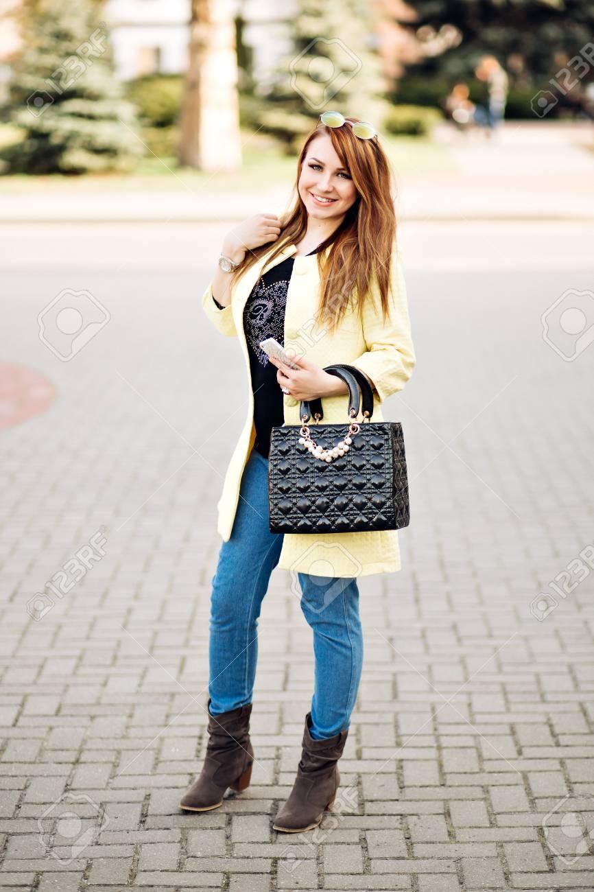 4f587133f Retrato De Otoño De Moda De Jengibre Elegante Mujer