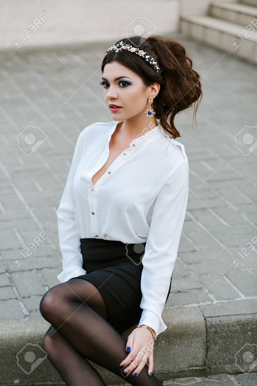 Talons Jeune Chemise Femme Noire Et Jupe Blanche Belle Hauts En vazqZwTT