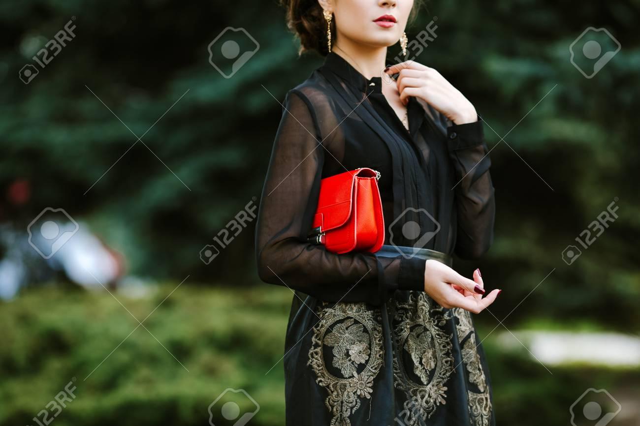 176c1c8da77f Archivio Fotografico - Moda donna con frizione elegante rosso