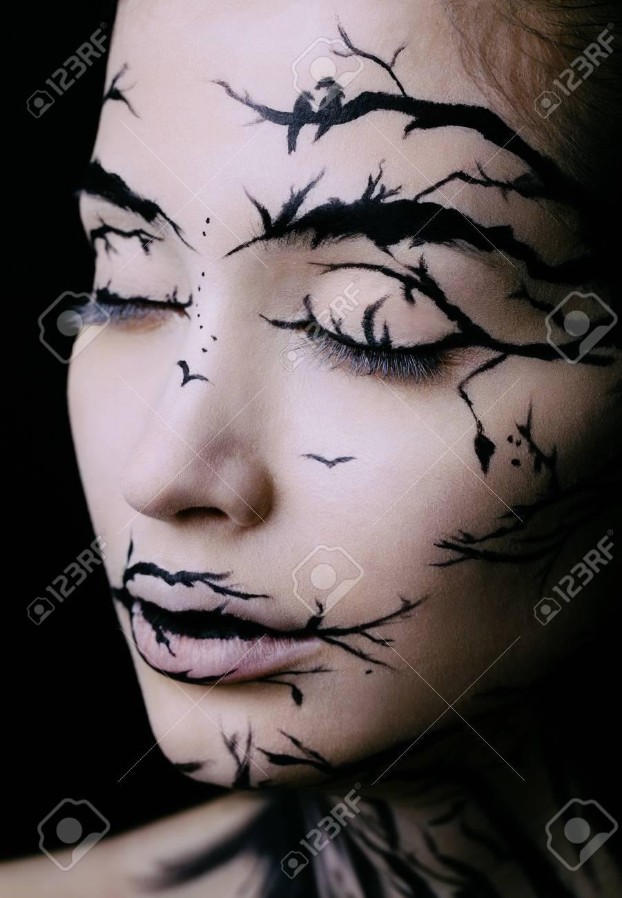 Schone Frau Mit Kreativen Make Up Halloween Baum Make Up Lizenzfreie