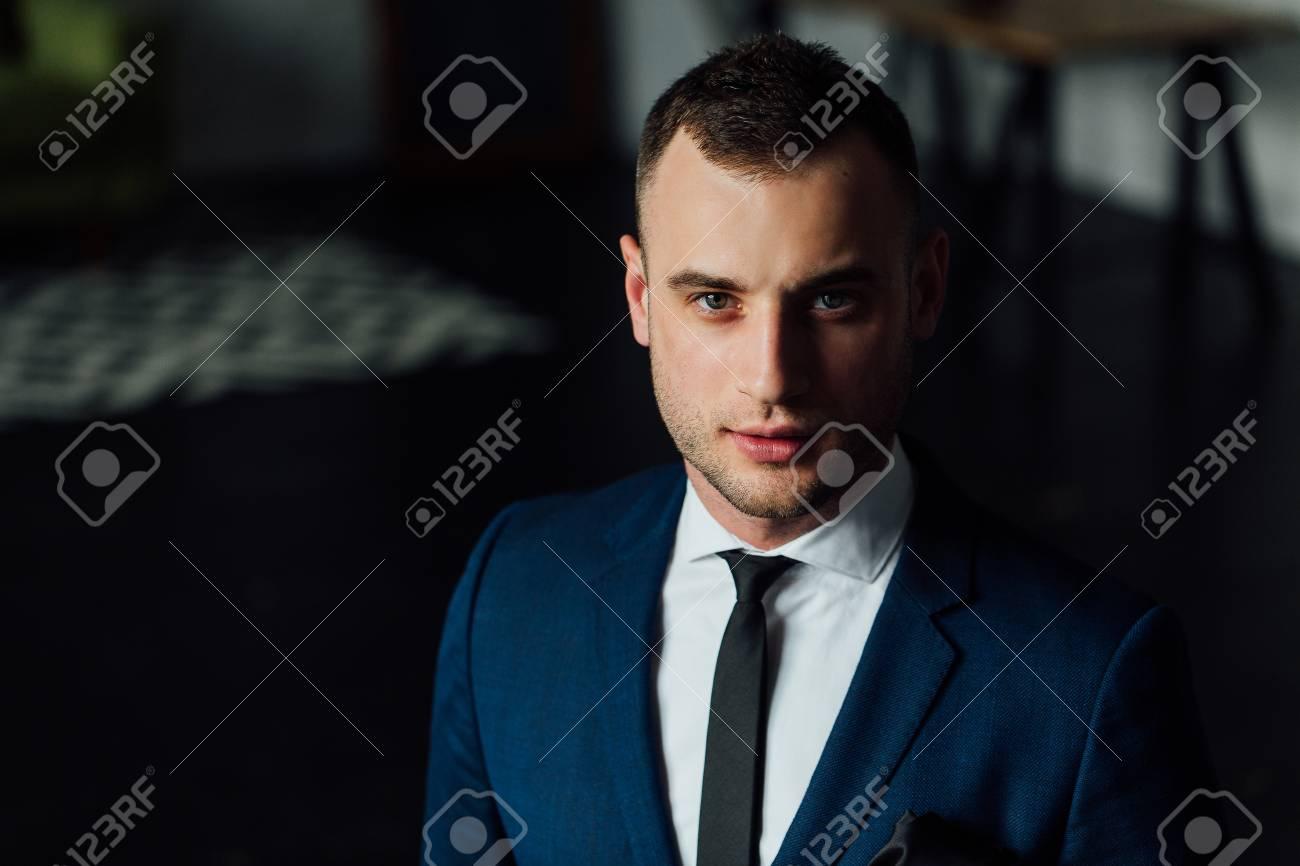 Blauer anzug schwarze krawatte