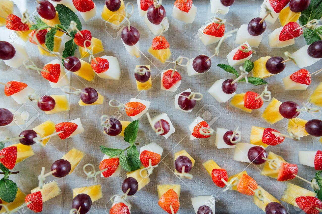 Ananas Weintraube 50 Holzstäbchen für Fruchtspieße mit Erdbeere