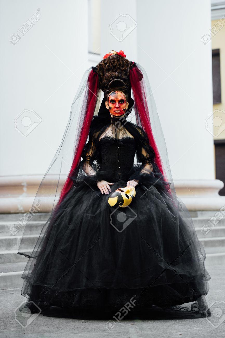 Portrait De Sorciere En Robe Vintage Noire Femme Veuve Avec Maquillage Art Rouge Pour Halloween Banque D Images Et Photos Libres De Droits Image 81630489