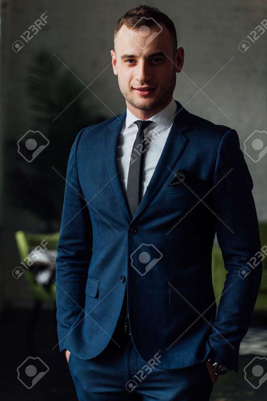 Schwarze blauer krawatte anzug Schwarzer Anzug