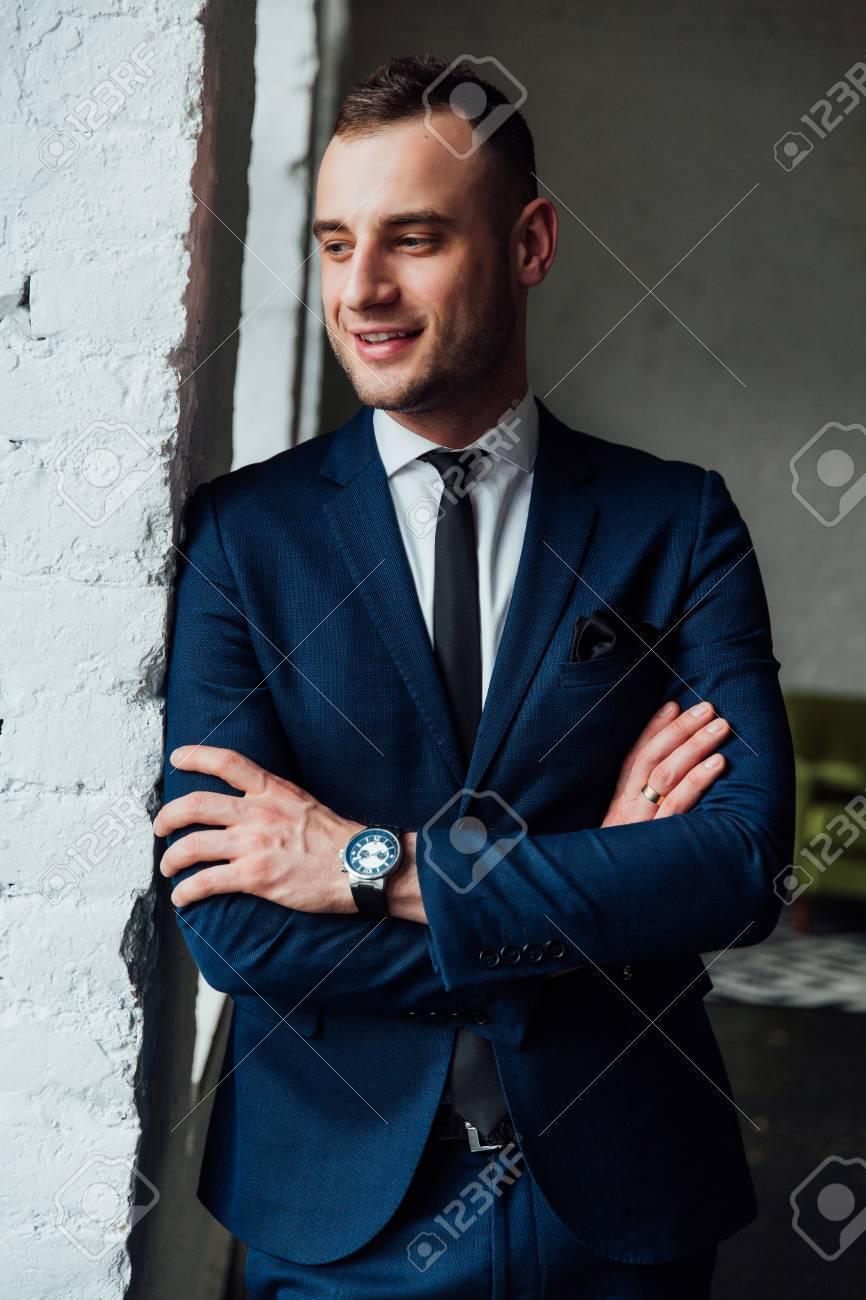 6101a1b61d Giovane uomo d & # 39 ; affari attraente e fiducioso in abito blu e  cravatta nera