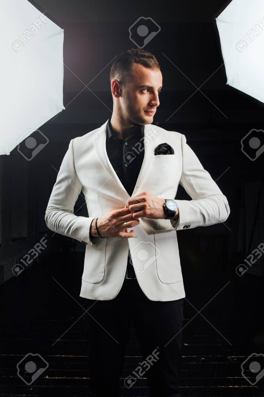 Traje blanco hombre elegante