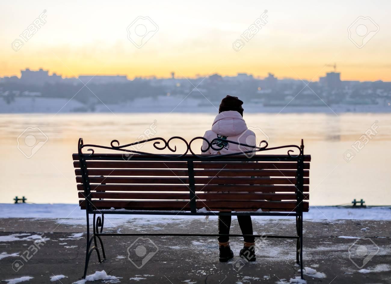 Panchina Lungomare : Ragazza in un cappello seduto su una panchina sul lungomare di nuovo