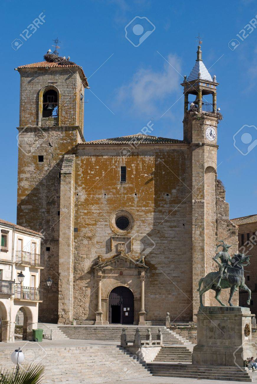 Statue of Francisco Pizarro and the Church of St. Martin in Mayor Square of Trujillo. Caceres, Spain. Stock Photo - 5003320