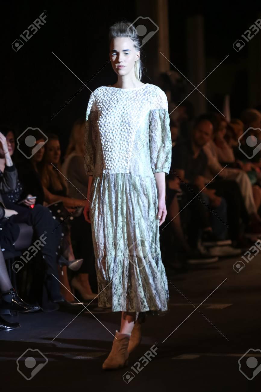 check out fd2e4 4f9ba ZAGABRIA, CROAZIA - 5 APRILE 2016: Vestiti d'uso del modello di moda  progettati da Katarina Dzale sulla sfilata di moda di Porter a Zagre,  Croazia.
