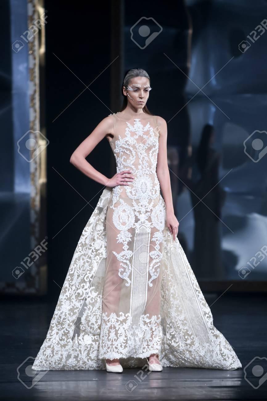 buy online 6da01 60a66 ZAGABRIA, CROAZIA - 3 MAGGIO 2016: Vestiti d'uso del modello di moda  progettati da Matija Vuica sulla sfilata di moda di Porter di un Porter nel  ...