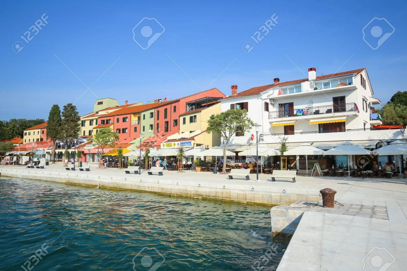 njivice, croatie - 24 juin 2017: personnes en bord de mer avec une