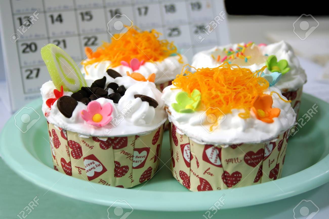 Colorful cupcakes by the tea Stock Photo - 17016319