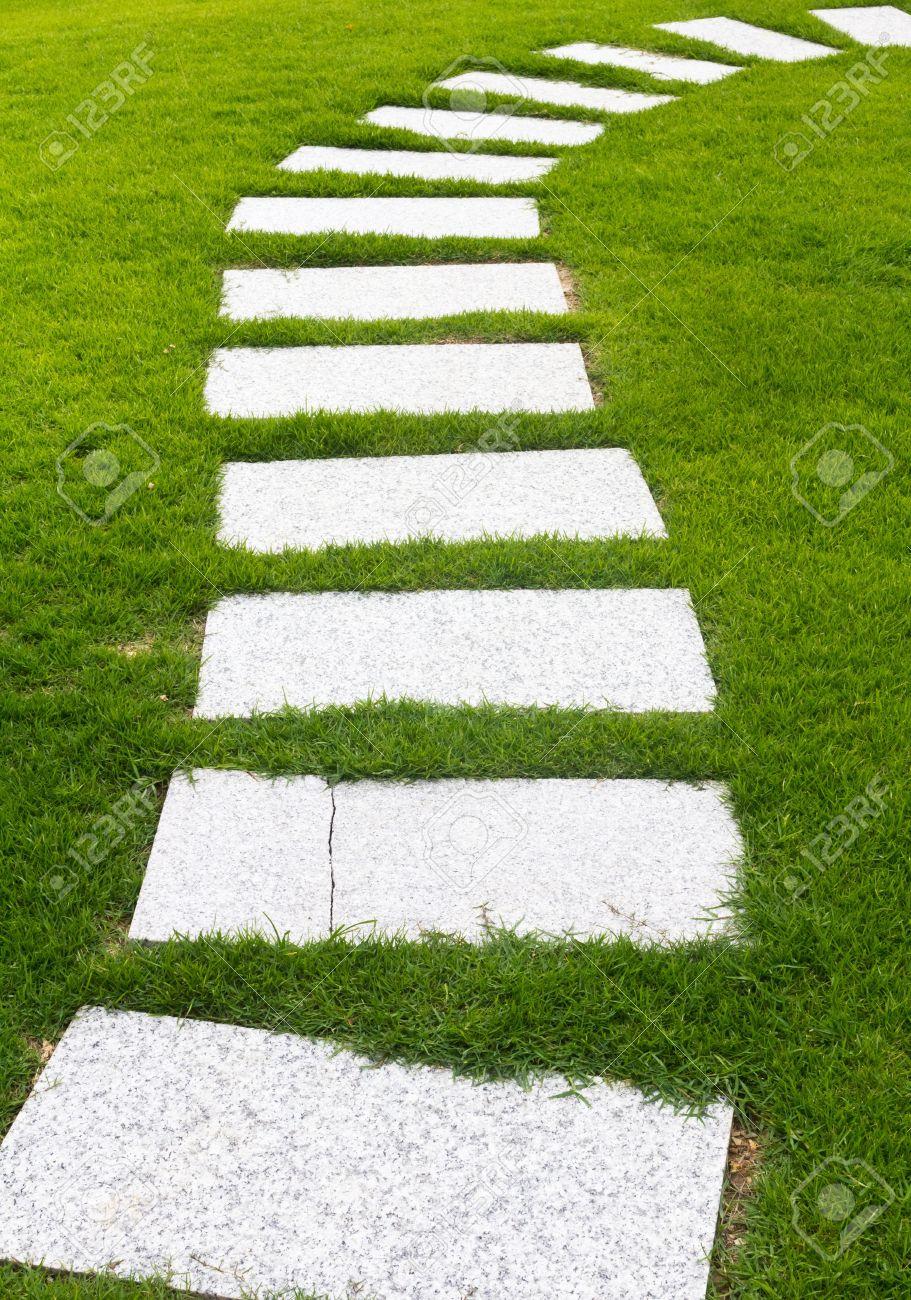 Camino Formado Losas De Concreto En Un Jardn Con Csped Verde Y