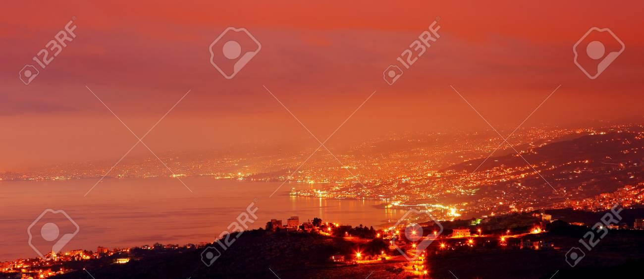 Cielo Rosso Di Notte.Immagini Stock Citta Di Montagna Di Notte Con Il Cielo Rosso
