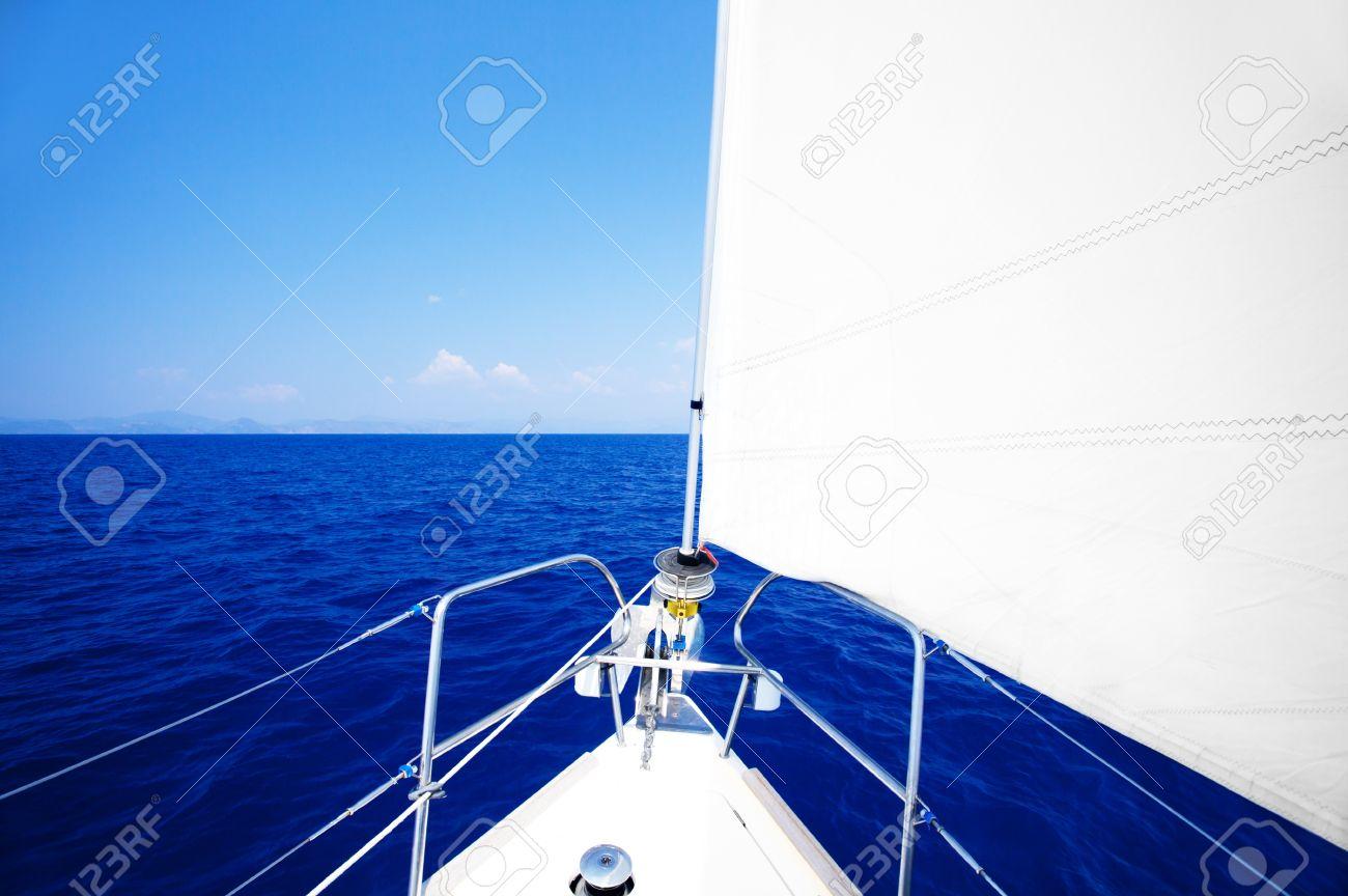 Parti Di Una Barca barca a vela in mare aperto di blu, parti di una barca di lusso, sport  estremi, concetto di libertà