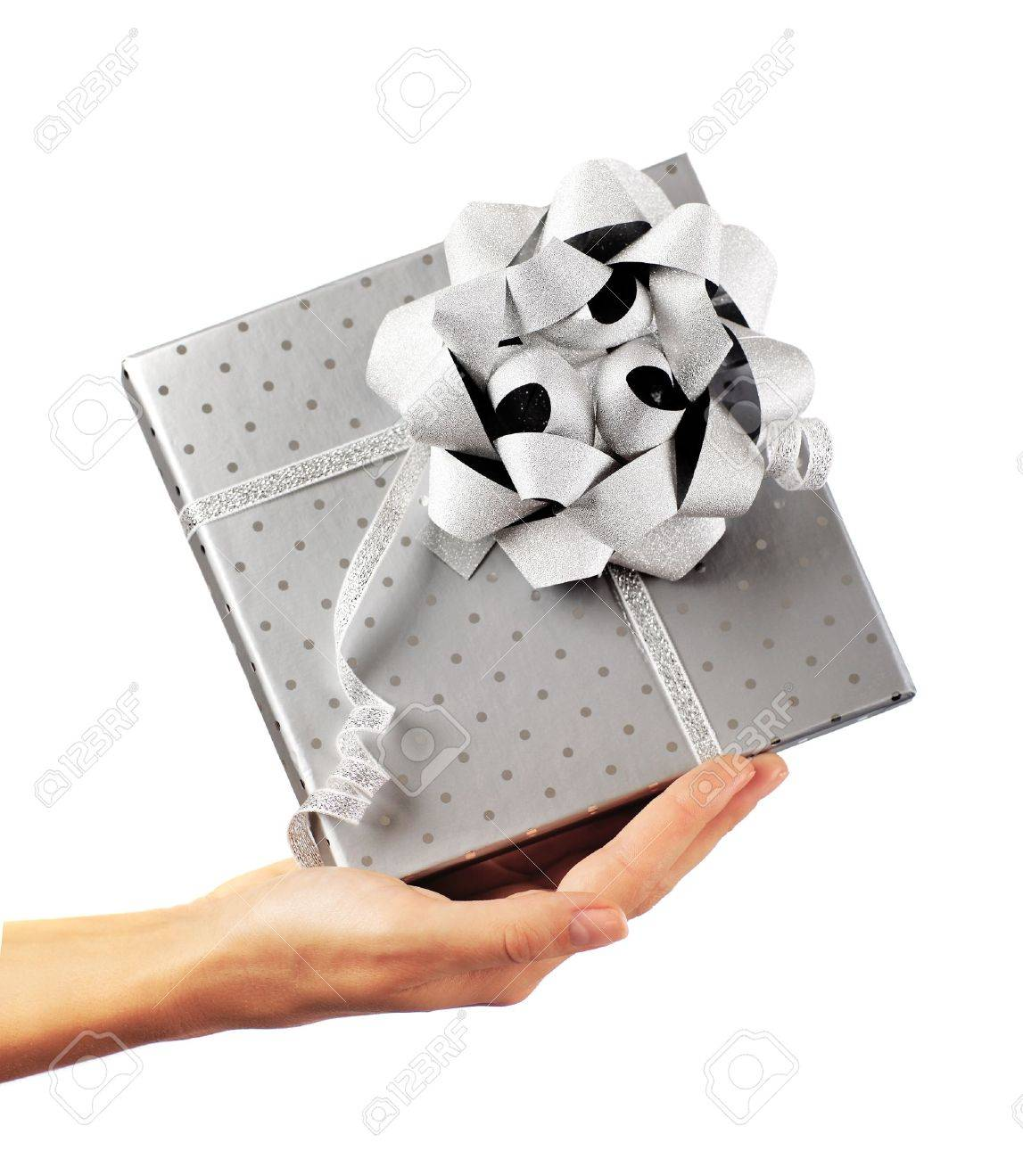 Woman Hand Hält Schönen Silbernen Geschenkkarton, Was Geschenk ...