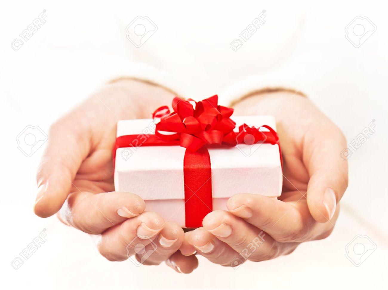 Sorprende al usuario anterior con un regalo. 11599866-Manos-que-sostienen-hermosa-caja-de-regalo-regalo-mujer-dando-las-vacaciones-de-Navidad-y-el-concept-Foto-de-archivo