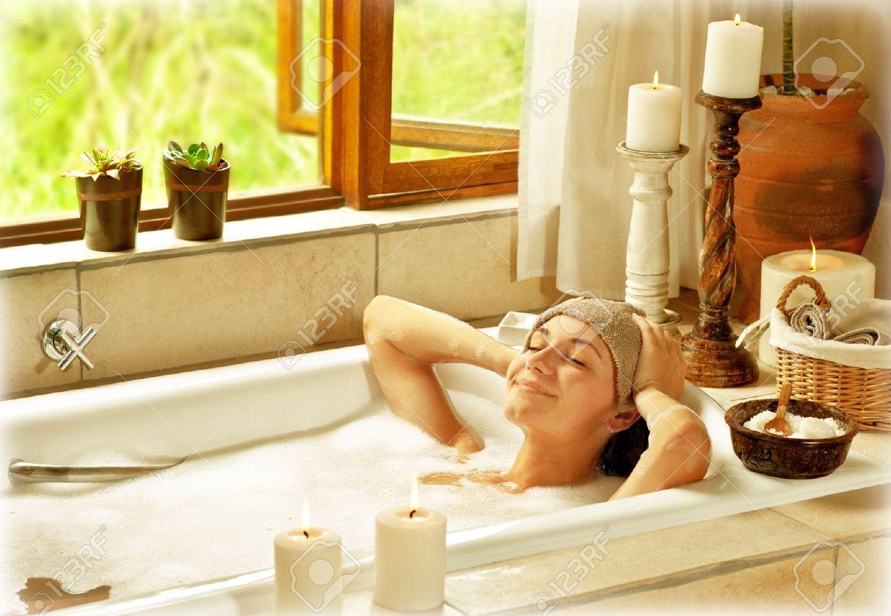 Принимает ванну в трусах 1 фотография
