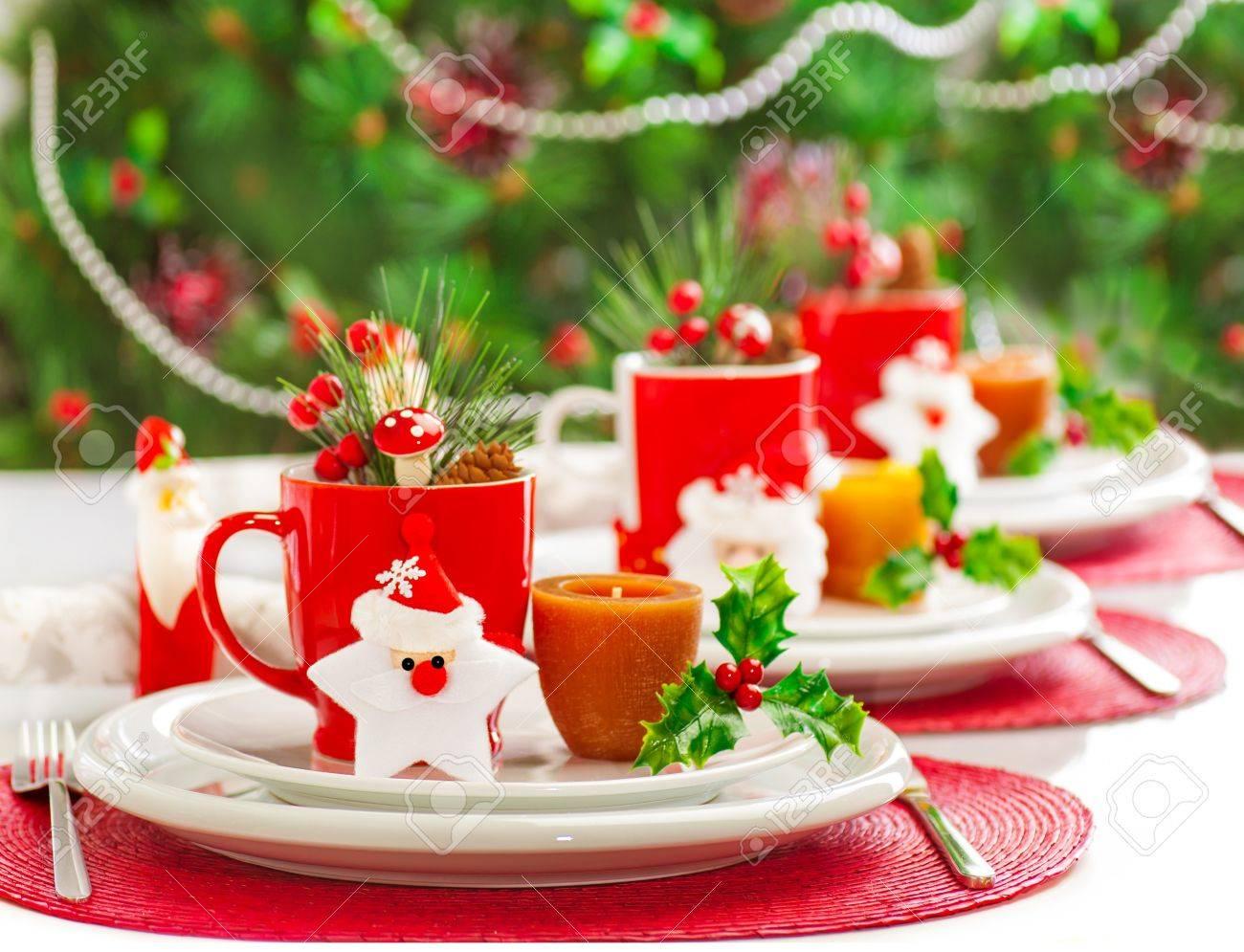 Foto Von Weihnachten Tischdekoration, Festliche Geschirr Mit Kerzen ...