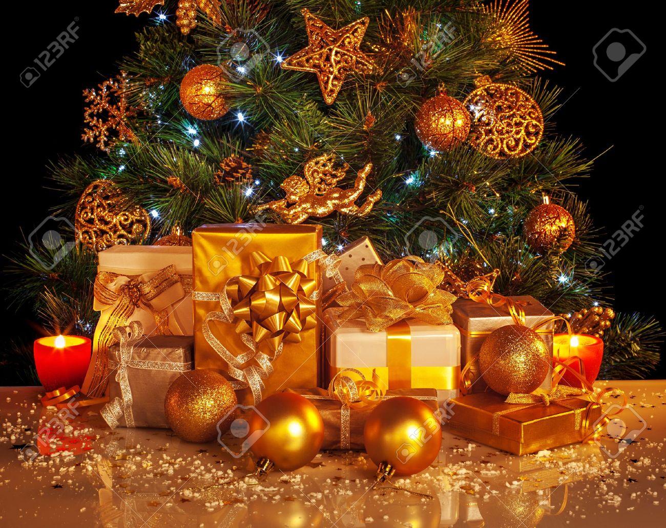 Bild Von Vielen Goldenen Geschenke-Boxen Unter Luxus-Weihnachtsbaum ...