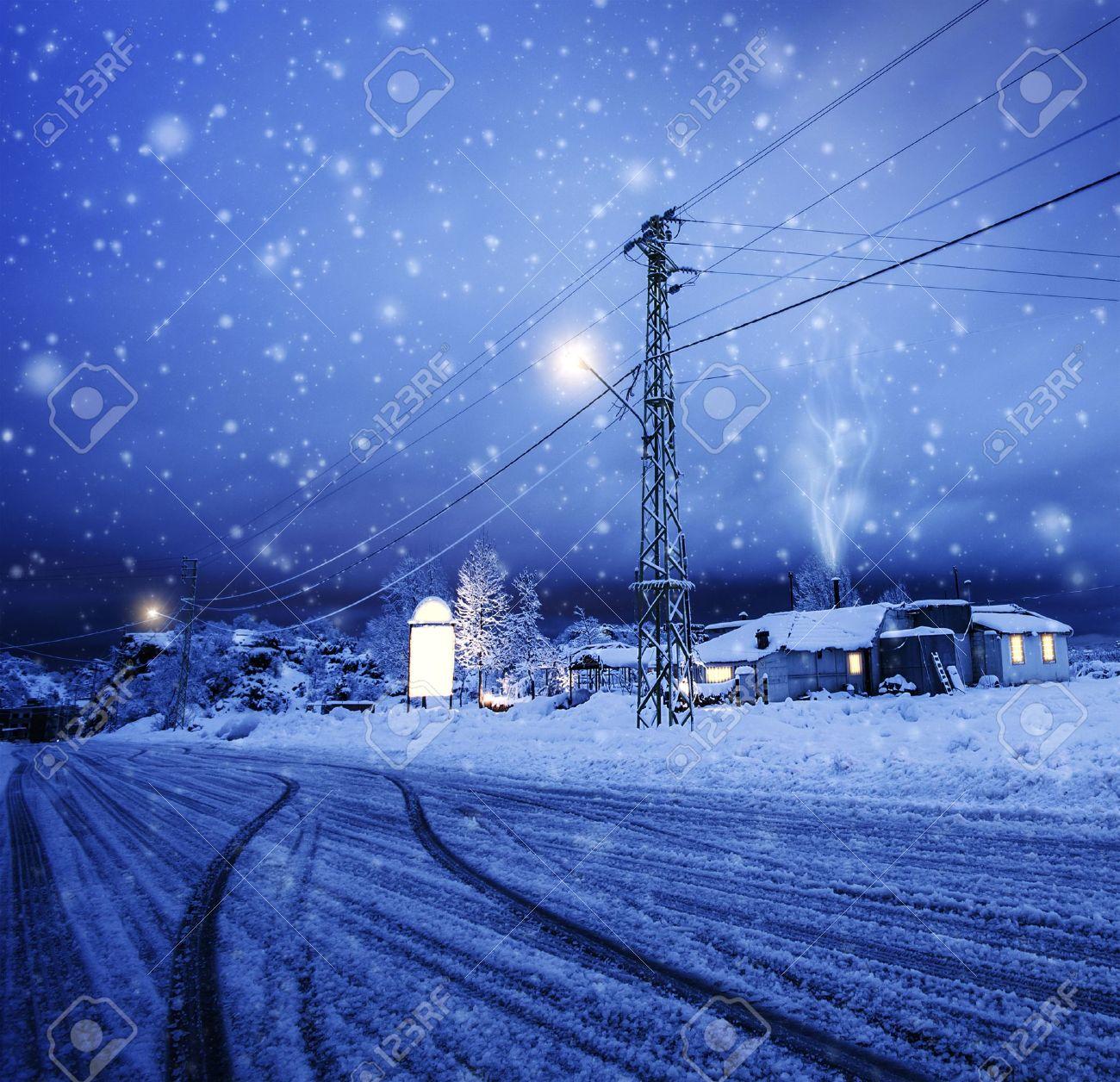 Photo De Tempete De Neige Dans Le Village La Neige Qui Tombe Sur La Maison Paysage Hiver Nuit Carte De Voeux De Noel Vacances D Hiver Station De