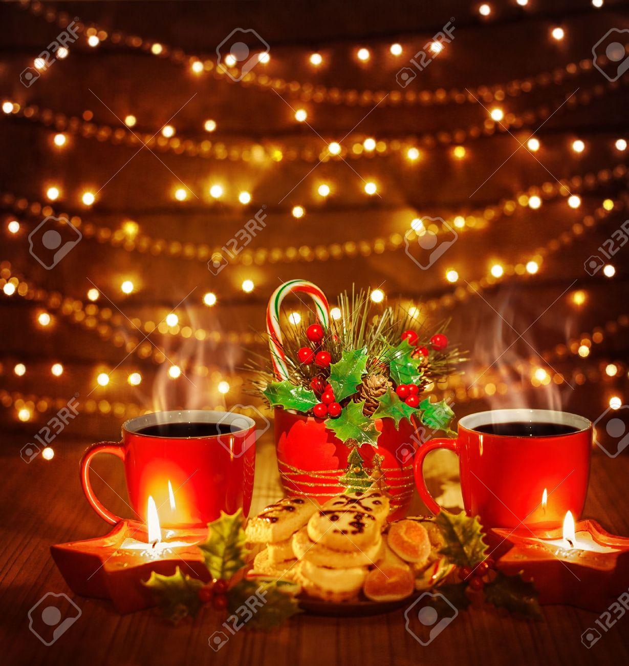 Immagini Belle Sul Natale.Foto Di Belle Natale Still Life Tazze Di Te Rosso Con Gustosi Biscotti Fatti In Casa E Candele Sul Tavolo In Legno Su Sfondo Marrone Lucido