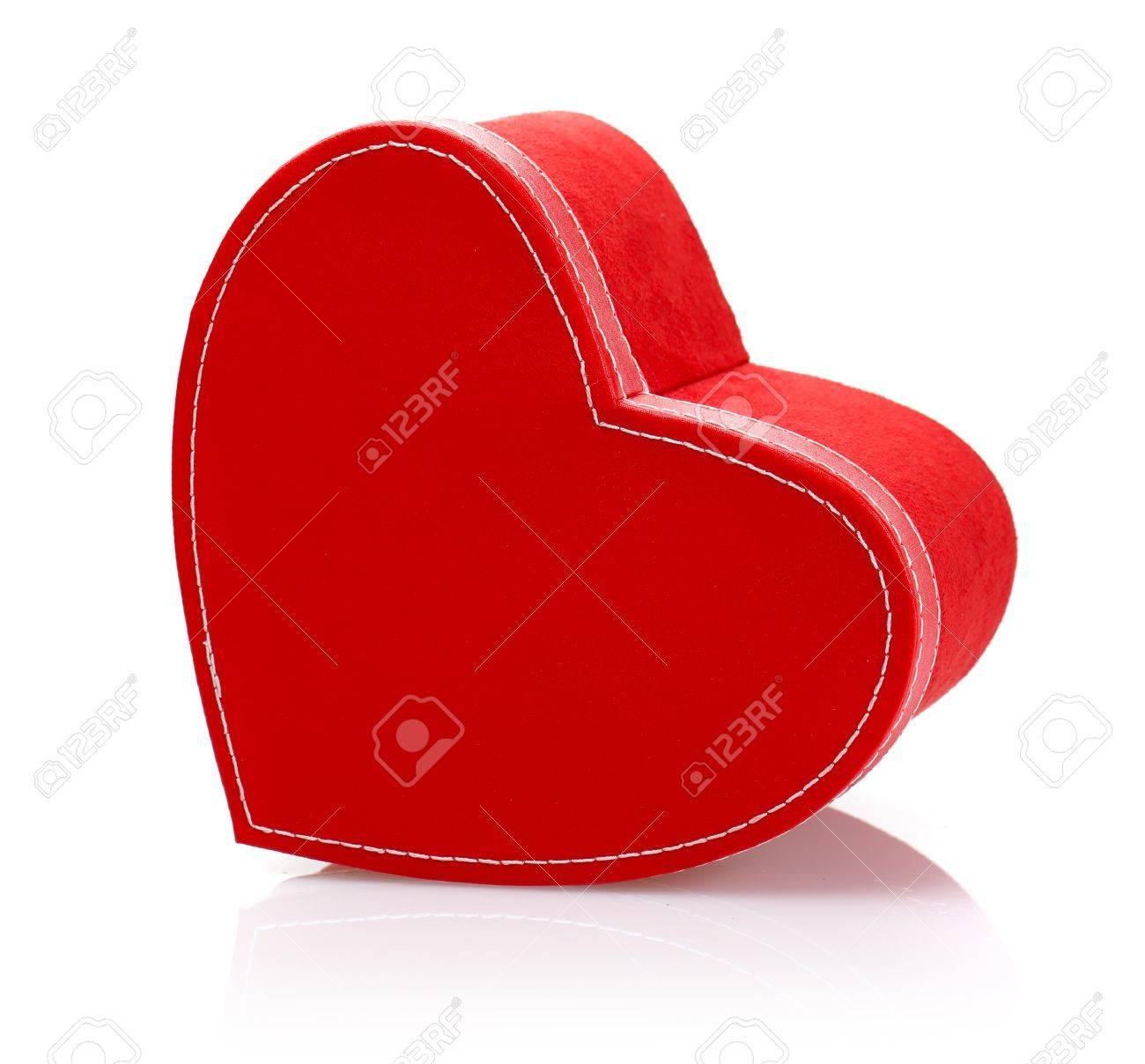 image de beau rouge en forme de coeur coffret-cadeau isolé sur fond