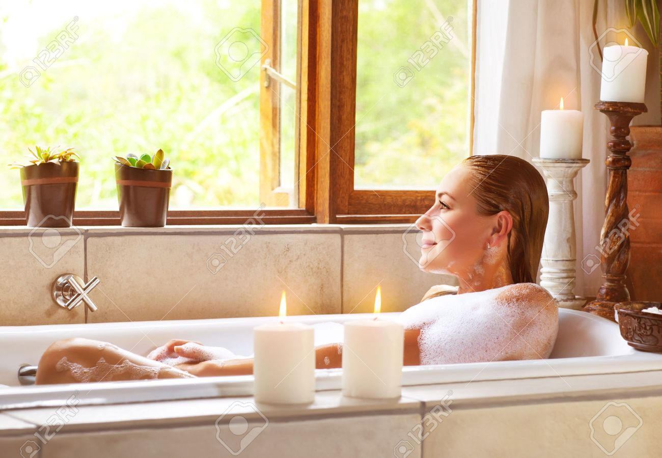 foto di bella donna tenendo bagno in casa, carino femminile ... - Luce Vasca Da Bagno