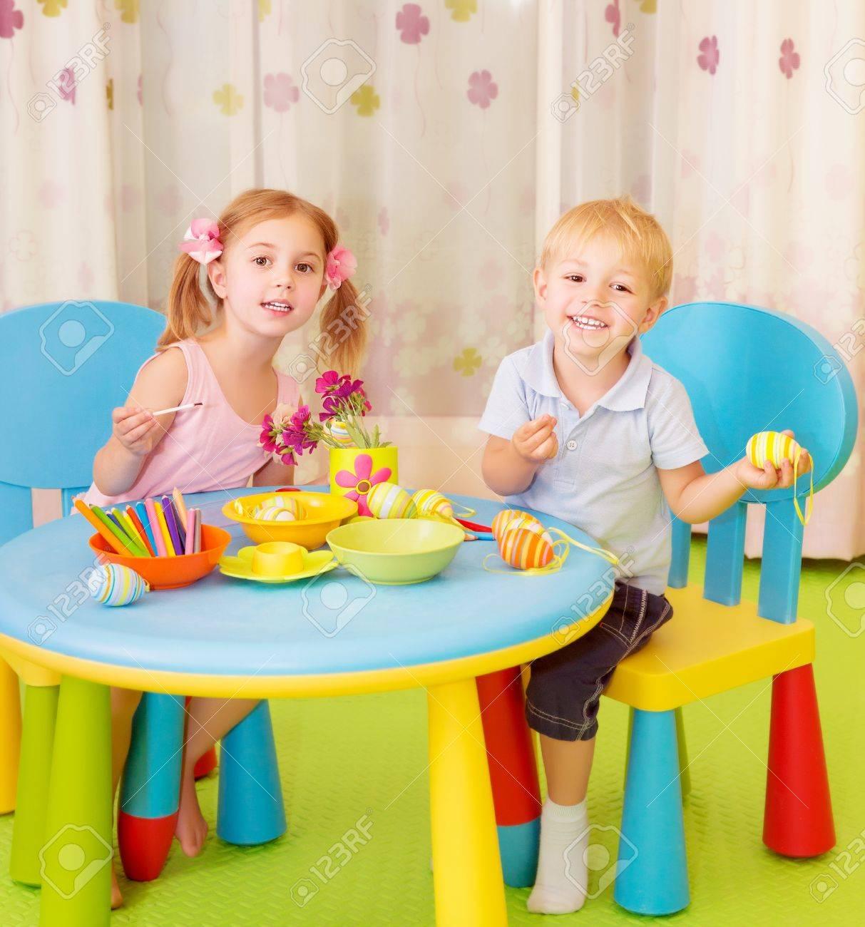 Zwei Fröhliche Kinder Malen Ostereier Zu Hause, Handgemachte ...