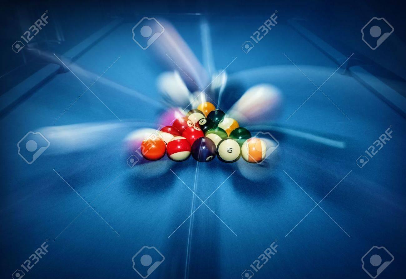 Blue table de billard avec des boules colorées, au début de jeu, mouvement lent, flou, billard bar, animations en boîte de nuit, passe-temps et concept de sport Banque d'images - 19688839