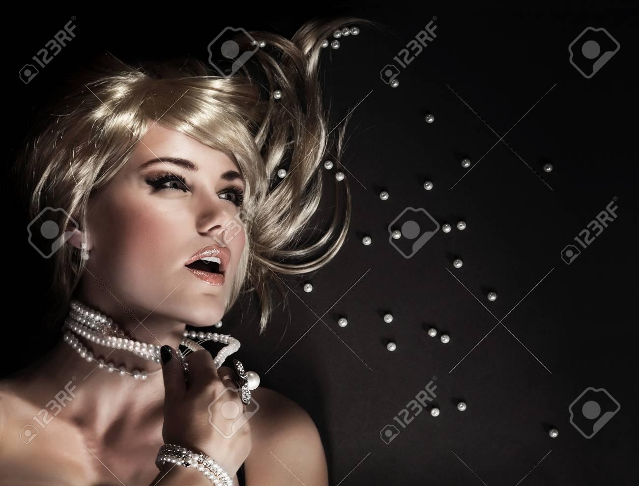 62b288fd95 Portrait de belle femme séduisante arraché sa perle des perles, le désir de  luxe et le concept de la sexualité