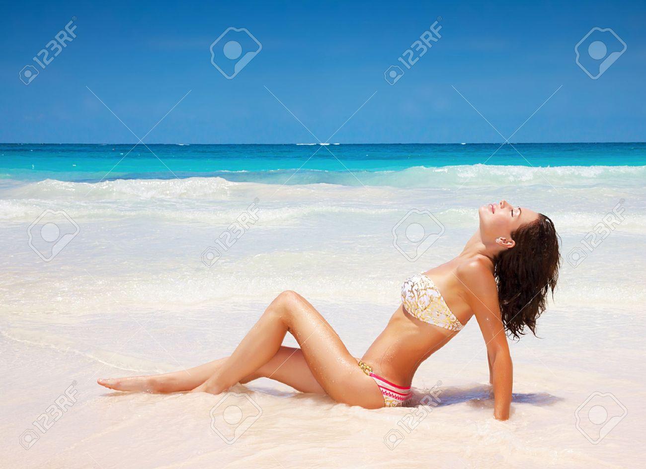 nackt paar posiert am strand