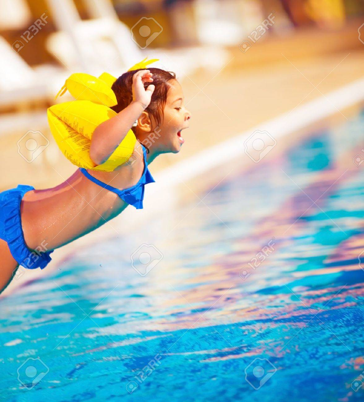 nia saltando en la piscina estilo de vida activo dulce nia juguetona atracciones
