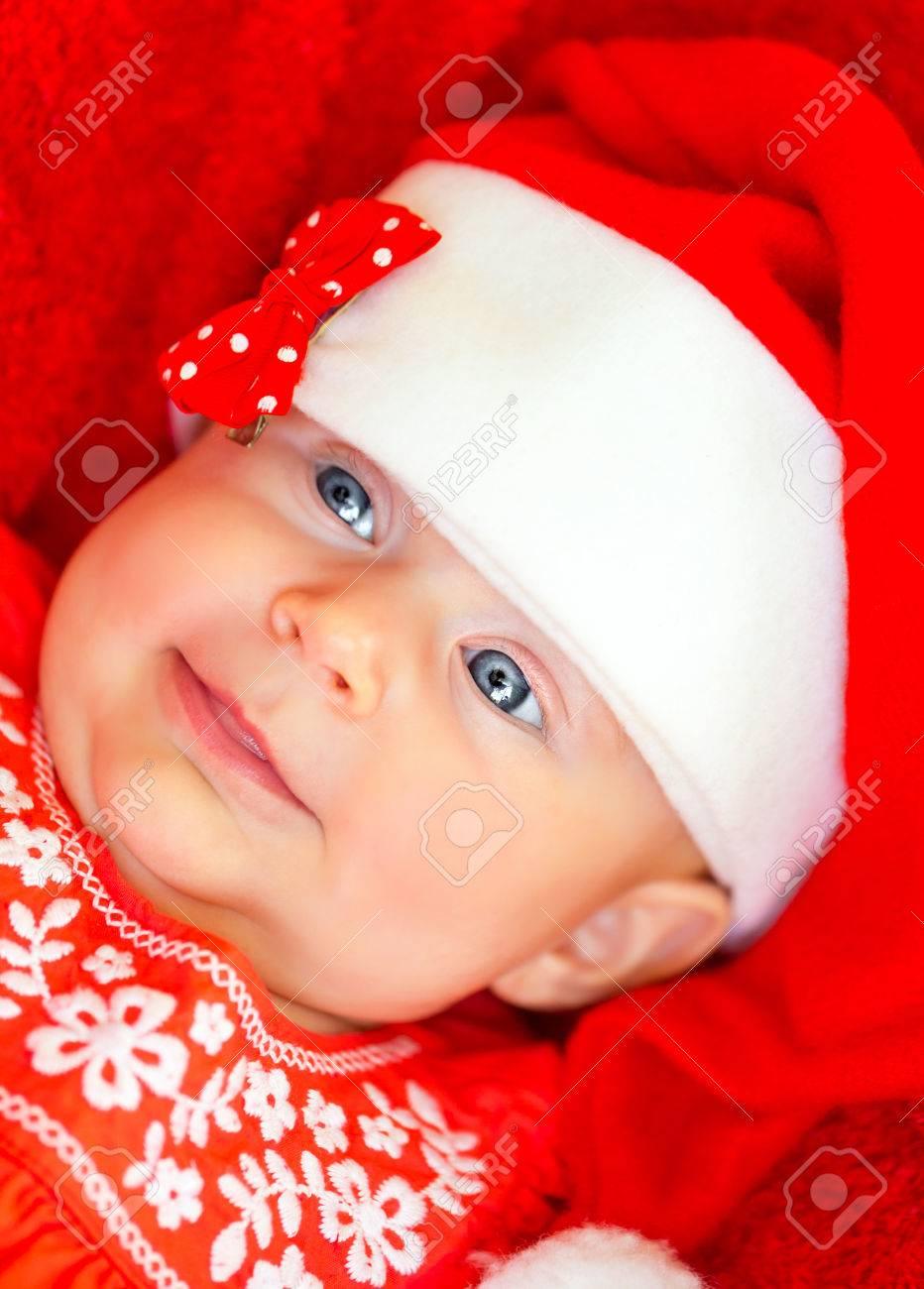 294a80294376e Banque d images - Gros plan portrait de la douce petite fille en robe de  fête rouge et chapeau de Père Noël