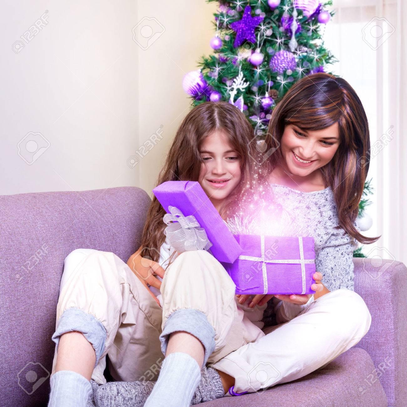 Junge Brünette Mutter Mit Teenager-Mädchen, Das Weihnachtsgeschenk ...