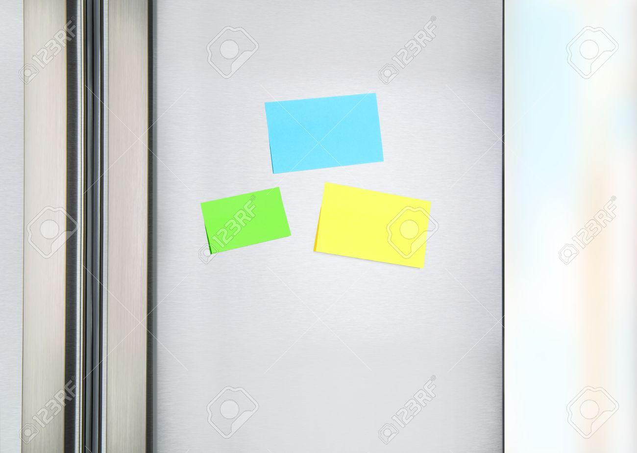 Haftnotizen Auf Dem Kühlschrank, Drei Bunten Papier An Der Tür Auf ...