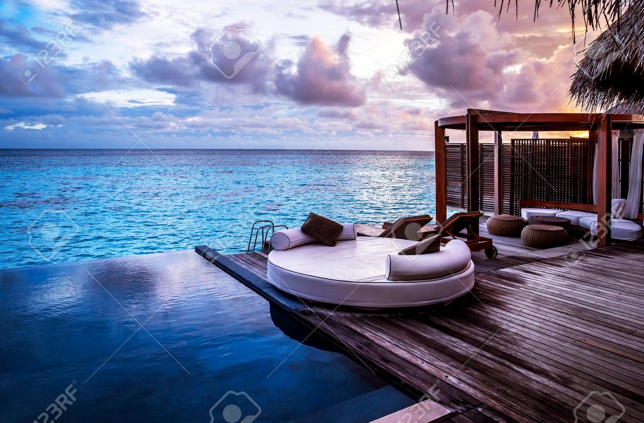 Haus am meer bei sonnenuntergang  Luxus-Strandresort, Bungalow In Der Nähe Von Endlosen Pool über ...
