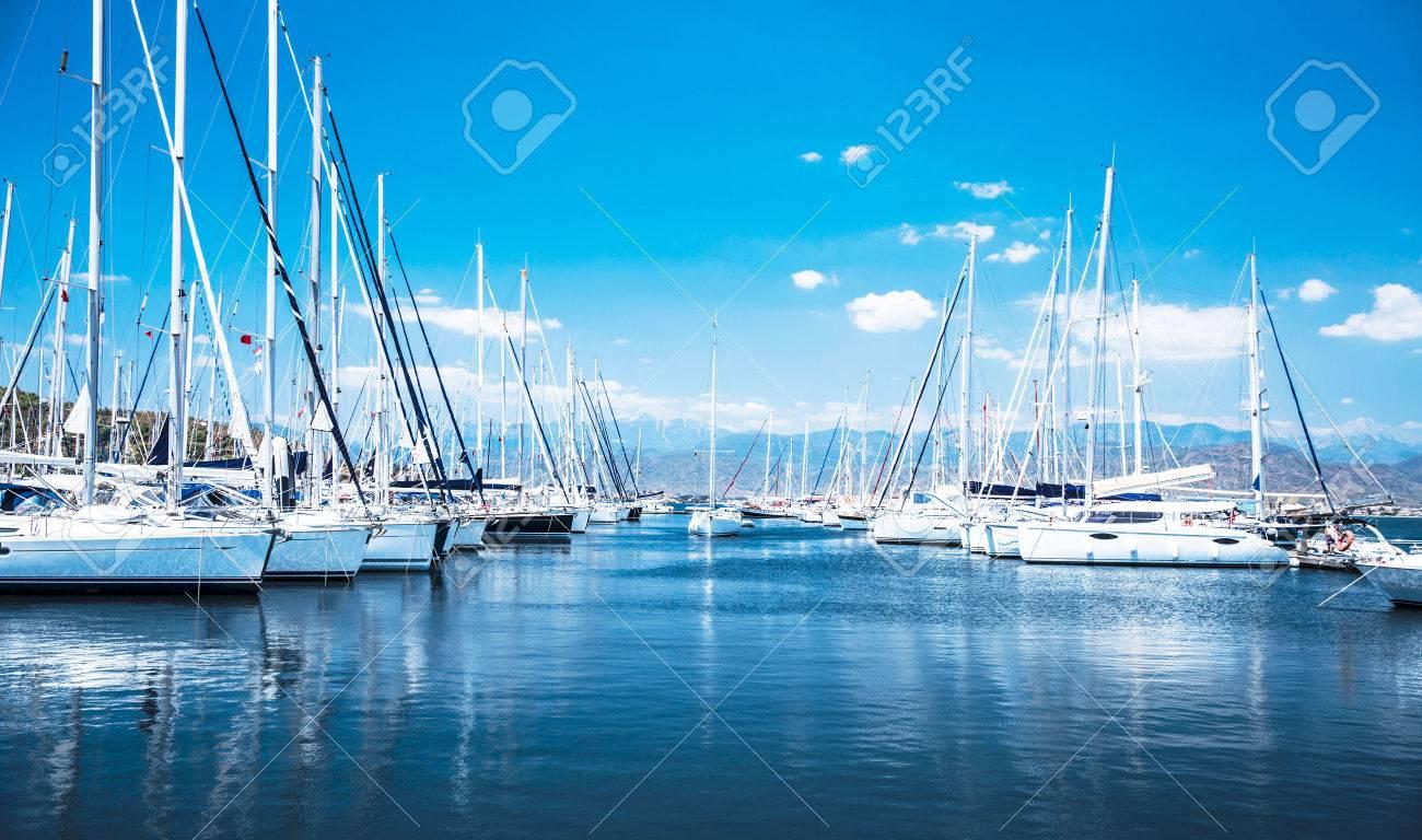 Moderne segelyachten  Segelboot-Hafen, Vielen Schönen Segel-Yachten Vor Anker Im Hafen ...