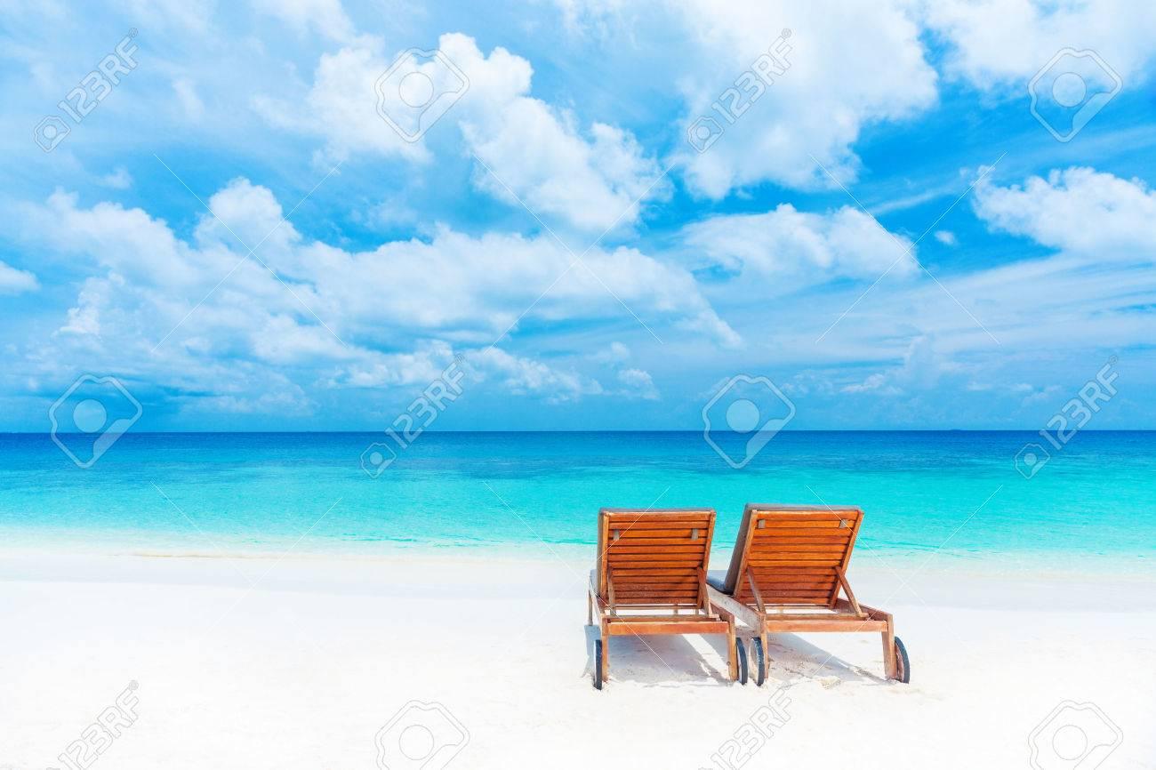 Zwei Leere Liegestuhl Am Strand, Schöne Seenlandschaft, Entspannung ...