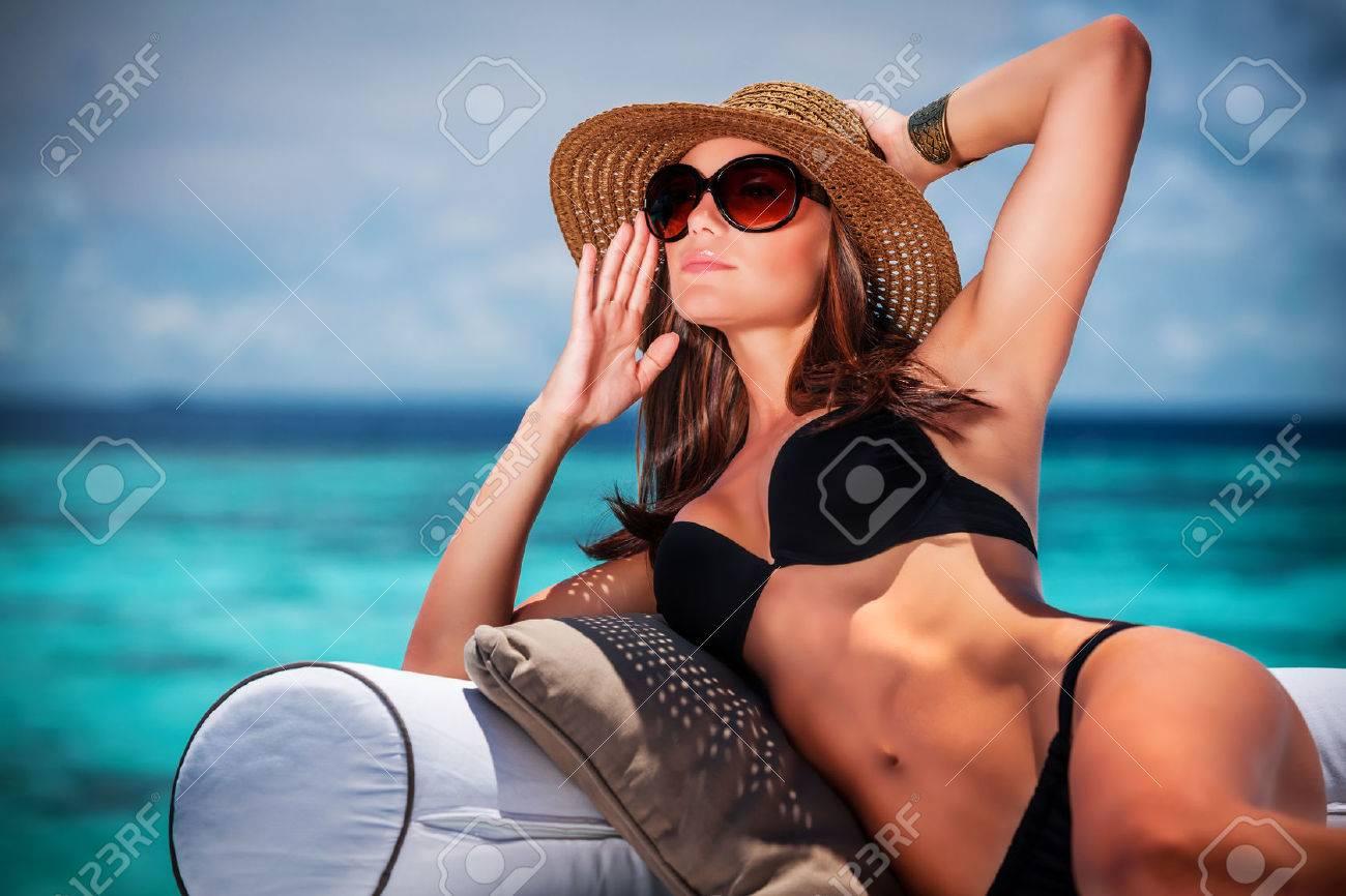 Фото девушек на пляже в очках 13 фотография