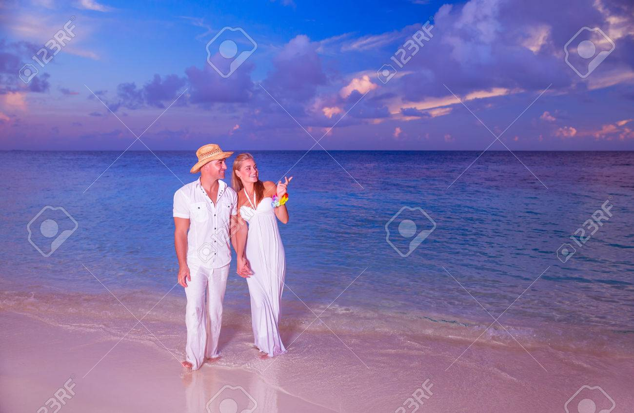 Wedding on the beach - Wedding On The Beach Happy Couple Walking Along Beautiful Sandy Island Young Family Holding