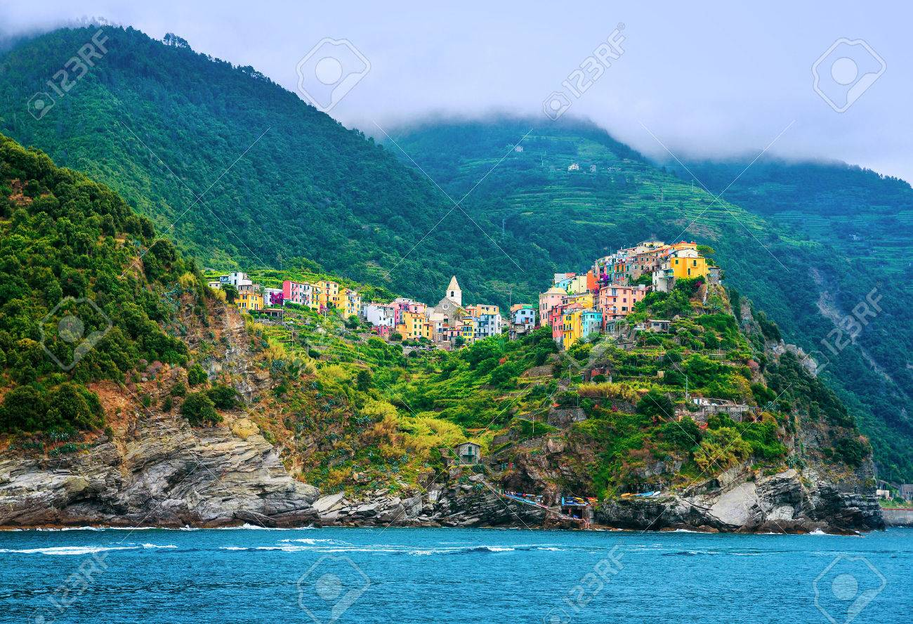 ciudad italiana en la costa hermosas casas de colores en las montaas sobre el mar