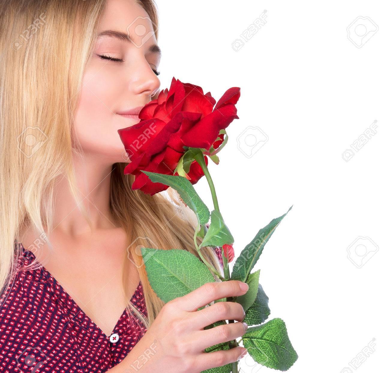 Nahaufnahmeportrait einer netten sanfte Frau riecht frisch <b>rote Rose</b> auf ... - 36151992-Nahaufnahmeportrait-einer-netten-sanfte-Frau-riecht-frisch-rote-Rose-auf-wei-em-Hintergrund-isoliert-Lizenzfreie-Bilder