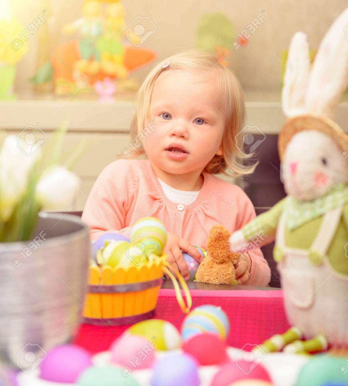 Nettes Kleines Baby Mädchen Malerei Eier In Verschiedenen Farben In ...